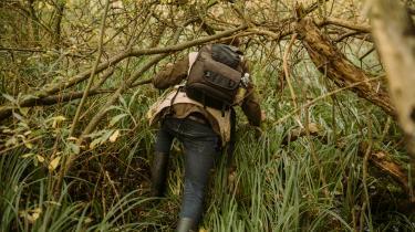 Carl Christian Tofte har en gang været dybt inde i Amazonas på jagt efter fugle at tegne. Nu jager han motiver i en mose tæt på Lyngbyvejen.