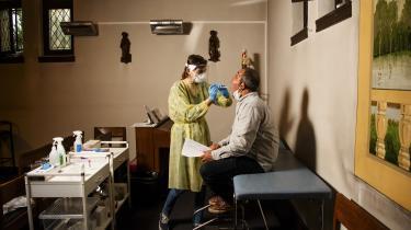 En patient bliver testen for COVID-19 i en katolsk kirke i Antwerpen. I Belgien, hvor der bor 11,5 millioner mennesker, havde man 64.000 smittede alene i sidste uge.