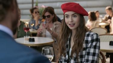 I den amerikanske netflixserie 'Emily in Paris' går Lilly Collins – i rollen som Emily – med huen på sned. Franskmændene er forargede.