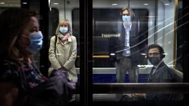 Coronapandemien, der nu igen tager til i styrke i Europa og efterlader fornemmelsen af, at vi er ved at se introen til en ny katastrofefilm, er bare én af de ting, der får vores virkelighed til at minde om fiktion. Det er, som om det hele bare vil eskalere lige nu, skriver Nanna Goul i denne klumme. Her et billede fra Københavns metro, hvor det er et krav at bære mundbind.