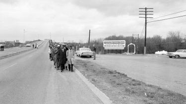 Den 7. marts 1965 indledte borgerretsbevægelsen en march fra Selma til Montgomery i Alabama. Spidsen af marchen har netop krydset Edmund Pettus Bridge på vej ud af byen, da den bliver angrebet.