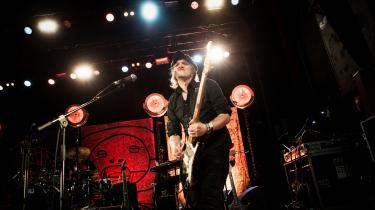 Peter Peter har som komponist og guitarist været med til at definere dansk punk. I 1995 dannede han Bleeder for med sit nye band at dyrke en glamrockglinsende og til tider hård metallisk lyd. Her ses han spille koncert med Lars H.U.G. på Vega i 2015.