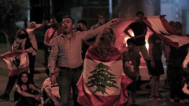Antiregeringsaktivister blokerer en gade i Beirut i protest mod, at Saad Hariri blev udnævnt til premierminister for fjerde gang.
