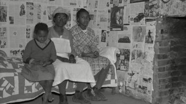 En mor og to døtre lever under primitive forhold på en plantage i Alabama, hvor deres forfædre arbejdede som slaver før den amerikanske borgerkrig. Billedet er taget af Arthur Rothstein i april 1937.