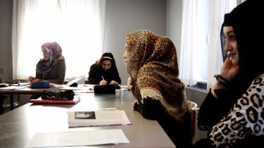 »Danmark får ikke flere dronninger, hvis der kommer mange indvandrere. Så når man vil lave en sådan beregning, må man se post efter post: Varierer det afhængigt af flere personer, eller påvirkes de ikke. Det bør man gøre for hver enkelt udgift,« siger Eskil Wadensjö, der er professor i nationaløkonomi ved Stockholms Universitet om opgørelsen af udgifterne til indvandrere.