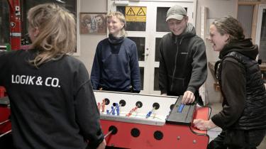 Da Julie Jensen (t.v.) gik på teknisk skole, oplevede hun, at flere af hendes klassekammerater gik på bordel i frikvartererne. Her spiller hun bordfodbold med kollegerne Sonja Nørgaard, Sebastian Maltesen og Bodil Wedele.