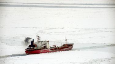 I de senere år har Nordøstpassagen nord for Rusland været isfri en større og større del af året, men den burde fryse til i september. Nu er vi sidst i oktober, og hele passagen er fortsat sejlbar. Måske hører det fortiden til, at uheldige skibskaptajner som her fryser til i passagen.