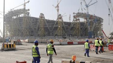 Dusinvis af rapporter har dokumenteret utallige brud på menneskerettighederne i forbindelse med forberedelserne til VM. Arbejderne, som bygger Qatars fodboldstadioner, bliver behandlet som slaver. De får ingen løn, har ingen frihed og bliver frataget deres pas.