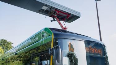 Cirka 3.000 rutebusser kører i dag på diesel. Hvis de bliver erstattet af elbusser, vil det svare til, at 65.000 benzin- eller dieselbiler bliver skiftet ud med elbiler, skriver transportminister Benny Engelbrecht i denne kronik. Her er en af de nye elbusser i Aarhus ved at blive genopladt.