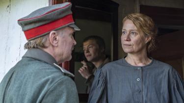 Historien om alenemoren Erna (Trine Dyrholm), der går i krig for at redde sin søn Kalle (Sylvester Byder) er snart lun og komisk, snart romantisk og snart dyster. Men rigtig forløst bliver den ikke, mener kulturredaktør Katrine Hornstrup Yde.