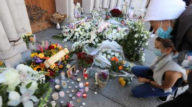 Efter det bestialske knivdrab på to kvinder og en mand lægges der blomster og tændes lys foran Norte-Dame kirken i Nice, hvor drabene fandt sted. Med det mord bliver Mohammedkrisernes egentlige årsag tydelig: nemlig ekstremisten, skriver Khaterah Parwani i denne klumme