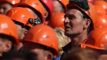 Arbejdere på en kemikaliefabrik forbereder en strejke. I de seneste to måneder har hviderusserne protesteret mod Lukasjenko gennem demonstrationer. Nu prøver man at skabe resultater via en landsdækkende strejke, og selvom strejken er mindre, end man håbede, markerer den en ny udvikling for den folkelige bevægelse.