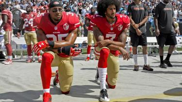 Da quarterbacken Colin Kaepernick (t.h.) og hans medspiller Eric Reid knælede i 2016 under nationalsangen i protest mod racisme, var det en sensation. I dag er protesten del af en bredere bevægelse mod social uretfærdighed.