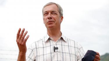 »Nedlukninger virker ikke. Faktisk gør de mere skade end gavn,« sagde Nigel Farage til The Daily Telegraph mandag.