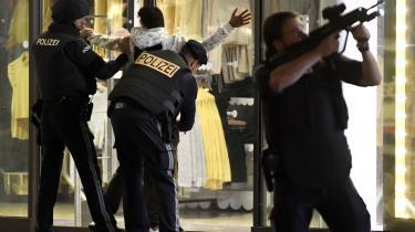 Østrigsk politi visiterer en person efter skyderiet i det centrale Wien mandag aften. Det kostede mindst fire mennesker livet. Desuden blev 14 mennesker såret, heraf var halvdelen i kritisk tilstand tirsdag aften.