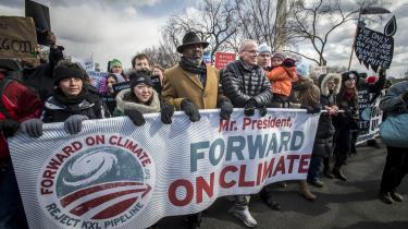 Miljøforkæmperen Bill McKibben, der her ses i sort dynejakke, hører til blandt klimavevægelsens stamfædre. Allerede i 1969 udlagde han det grundlæggende problem i bogen 'The End of Nature' og har siden stiftet organisationen 350.org, og været en markant figur i det grønne Amerika.