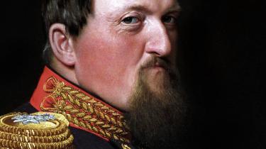 Grundloven signeret af den bizarre løgnhals Frederik 7. banede vejen for den nye slægt af politikere, der de næste vigtige år søgte at styre landet. Forrest stod konseilspræsidenterne, med andre ord statsministrene, der i begyndelsen ikke var særligt overordnede af gavn.