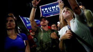 Natten til torsdag stod flere hundrede rasende Trump-tilhængere uden for Maricopas valgcenter, nogle med skilte, der talte om valgsvindel, andre bevæbnet med rifler og håndvåben.