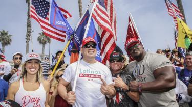 Valget i 2020 har demonstreret, at kategorien latinovælgere ikke er en uniform størrelse. Så vi bør fremover nok holde op med at tale om latinoer i ental. Her er det Trump-støtter ved Huntington Beach nær Los Angeles i Californien. I midten MMA-legenden Tito Ortiz, der har mexicanske rødder.