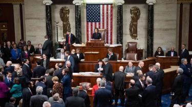 Almindelige amerikanere har ret, når de siger, at Kongressen aldrig får noget fra hånden, og at politikerne bruger mere tid på symbolske markeringer og politisk teater end på at lede landet kompetent og effektivt, siger Seth Ackerman, ledende redaktør på det venstreorienterede magasin Jacobin.