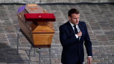 Manuel Macron ved den myrdede skolelærer Samuel Patys kiste. Drabet har fået den franske præsident til at proklamere en hårdhændet offensiv mod islamisterne.