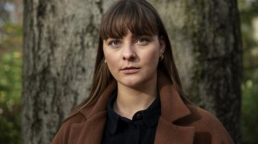 Julie Holmegaard Schade blev sygemeldt og efterfølgende fritstillet fra sit job i kirken, efter at hun var blevet seksuelt chikaneret af en kirkegænger.