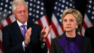 En groggy Hillary Clinton erkender sit valgnederlag i november 2016 – og selvom Clinton-kampagnen efter valget talte om »det stjålne valg«, ligesom Trump og hans kampagne gør nu, er der markante forskelle på dengang og nu, mener lektor og USA-ekspert Niels Bjerre Poulsen: Clinton lykønskede relativt hurtigt Trump med sejren, og demokraterne anfægtede ikke valgprocessen på samme vis.