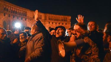 Efter fredsaftalen mandag står Armenien som taberen af krigen med Aserbajdsjan, og en vred og skuffet armensk befolkning indtog gaderne i hovedstaden Jerevan og brød ind i parlamentet. At de to landes ledere sammen med Rusland har afsluttet krigen, er ikke ensbetydende med, at freden er indtruffet, konstaterer Ida Sparre-Ulrich i denne leder.