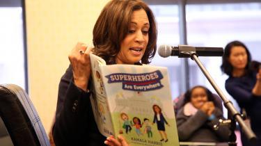 USA's første kvindelige vicepræsident (-elect, jaja), Kamala Harris, har skrevet to bøger. En af dem er børnebogen Superheroes Are Everywhere, som hun læser op fra her.
