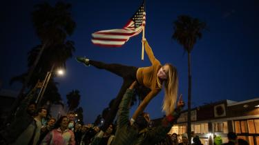 Folk fejrer Bidens valgsejr i Venice Beach, Los Angeles. Det er dog endnu uvist, om betydningen af en præsident Biden for resten af verden primært vil blive symbolsk.