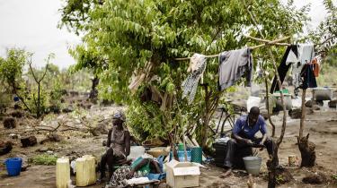 Fire unge fra Ghana, Danmark, Bangladesh og Uganda beder Danmark om at holde sit løfte om klimabistand.