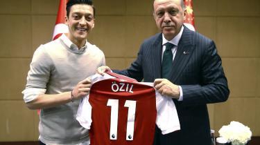 Den tyrkiste præsident, Recep Tayyip Erdogan, har brugtdette billede af ham selv og Arsenal-spilleren, Mesut Özil, skamløst i sin valgkampagne. Erdogan var desuden forlover ved Özils bryllup.