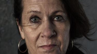 Den norske forfatter Vigdis Hjorth har med 'Er mor død' ikke bare skrevet et brag af en ny roman om et belastet mor/datter-forhold. Det er også muligt at se romanen som en replik til den kritik, hun fik for romanen 'Arv og miljø' og et stort forsvar for kunsten