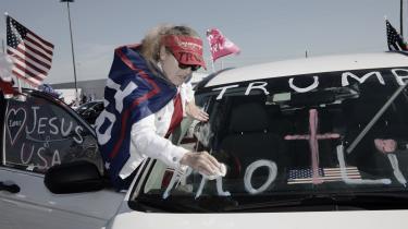 En Trump-støtte holder på formerne en af de sidste dage inden valget i Houston, Texas. Når Trump endte med at tabe så mange arbejderklassevælgere, skyldes det formentligt, at han ikke frigjorde sig fra den republikanske ortodoksi på det økonomiske område.