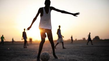 I jagten på at blive den nye store fodboldstjerne havner håbefulde afrikanere i sportens underverden, hvor de ender som ofre for bedrag, udnyttelse eller fodboldslaveri. Det sværter 'det smukke spil', mener kritikere, mens den tidligere danske landsholdsspiller og toptræner Erik Rasmussen ikke ser det som fodboldens problem