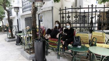 To ansatte tjekker mobilen foran en coronalukket cafe i Athen. Men det bliver ikke kinesiske Huawai, der kommer til at stå for landets 5G-netværk. Efter nogle år med tætte relationer til Kina har Grækenland takket nej til kineserne og har i stedet vendt sig tilbage mod Vesten.