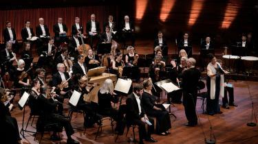 Det klassiske musikmiljø er i høj grad oppebåret af freelancere – kunstnere uden fast ansættelse, der konstant er til eksamen og audition, og hvis kunstneriske formåen hele tiden skal vejes. Det er måske den dybestliggende grund til, at det magtmisbrug fra dem, der vejer og vurderer, har kunnet finde sted. På billedet ses DR Symfoniorkestret og DR Vokalensemblet.