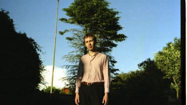 Den 23-årige ålborgenser Hjalte Ross debuterede med den folkinspirerede og introverte 'Embody' i 2018, men på sit nye album, 'Waste of Haste', vender han sig mere ud mod verden.