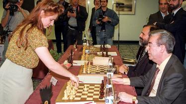 Det ungarske skakfænomen Judit Polgar under simultanskakmatch mod ti skakspillere i Madrid i 1997. Judit Polgar kom i en alder af 12 år i skakkens top-100, og i januar 1996 kom hun som den eneste kvinde i skakhistorien i top-10.