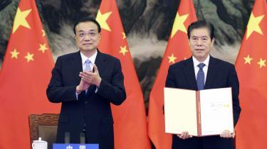 Nogle ser RCEP-aftalen som en gave til Kina. Her er det den kinesiske premierminister Li Keqiang og handelsminister Zhong Shan, som underskrev aftalen på Kinas vegne.