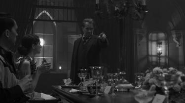 Manuskriptforfatteren Herman Mankiewicz (Gary Oldman) siger tingene, som de er, til en fest hos avismagnaten William Randolph Hearst i David Finchers fremragende 'Mank'. Foto: Netflix