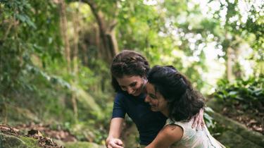 Karim Aïnouz' 'Søstrene Gusmãos usynlige liv' eret tropisk melodrama om to unge søstre, der helt bogstaveligtbliver væk fra hinanden.