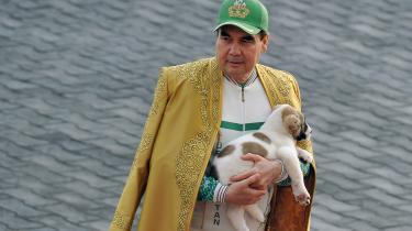 Turkmenistans præsident, Gurbanguly Berdymukhamedov, med et levende eksemplar af sin yndlingshunderace.