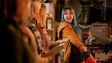 Plejebarnet Malou (Karla My Nordquist) vil væk fra juleidyllen og hjem til sin problembefængte søster (der dog synes uinteresseret i hende), så hun gør alt for at gøre sig uønsket i det lille samfund på Lunø.