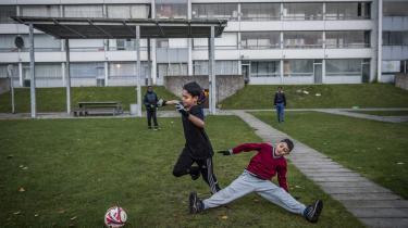 En gruppe unge spiller en omgang eftermiddagsfodbold på en af plænerne i Vollsmose. Arkivfoto.