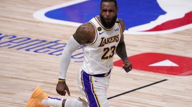 LeBron James kan stadig dunke, løbe folk ned bagfra og blokke, og han er tilsyneladende ikke nået til det sted, hvor han skal opfinde nye ting til sit spil på grund af sin – for en atlet – høje alder.