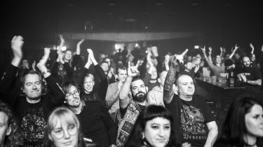 Trods coronarestriktioner må man heldigvis stadig kaste sine afsprittede hænder i vejret i anerkendende djævlehorn ved black metal-koncert med Afsky i Pumpehuset fredag