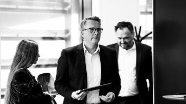 Skatteminister Morten Bødskov og klimaminister Dan Jørgensen præsenterede i går en grøn skattereform. Det indeholder dog ikke en plan om ensartet afgift på CO2, hvilket afføder kritik.