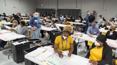 Valgtilforordnede i gang med en manuel omtælling af stemmerne i Lawrenceville Georgia efter at præsident Donald Trump har krævet en omtælling i staten.
