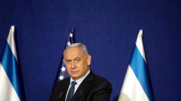 Benjamin Netanyahu havde et indlysende egoistisk motiv til at møde op ved Det Røde Hav – kunne han vende tilbage og vifte med en aftale om diplomatiske forbindelser med Saudi-Arabien, ville han ved et nyvalg gå på vandet som superstatsmanden, nationen ikke havde råd til at undvære med trivielle retssager om smålige tyvagtigheder, skriver Lasse Ellegaard på lederplads.